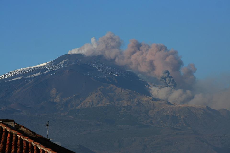 Aeroporto Catania, cenere dall'Etna: chiuso uno spazio aereo