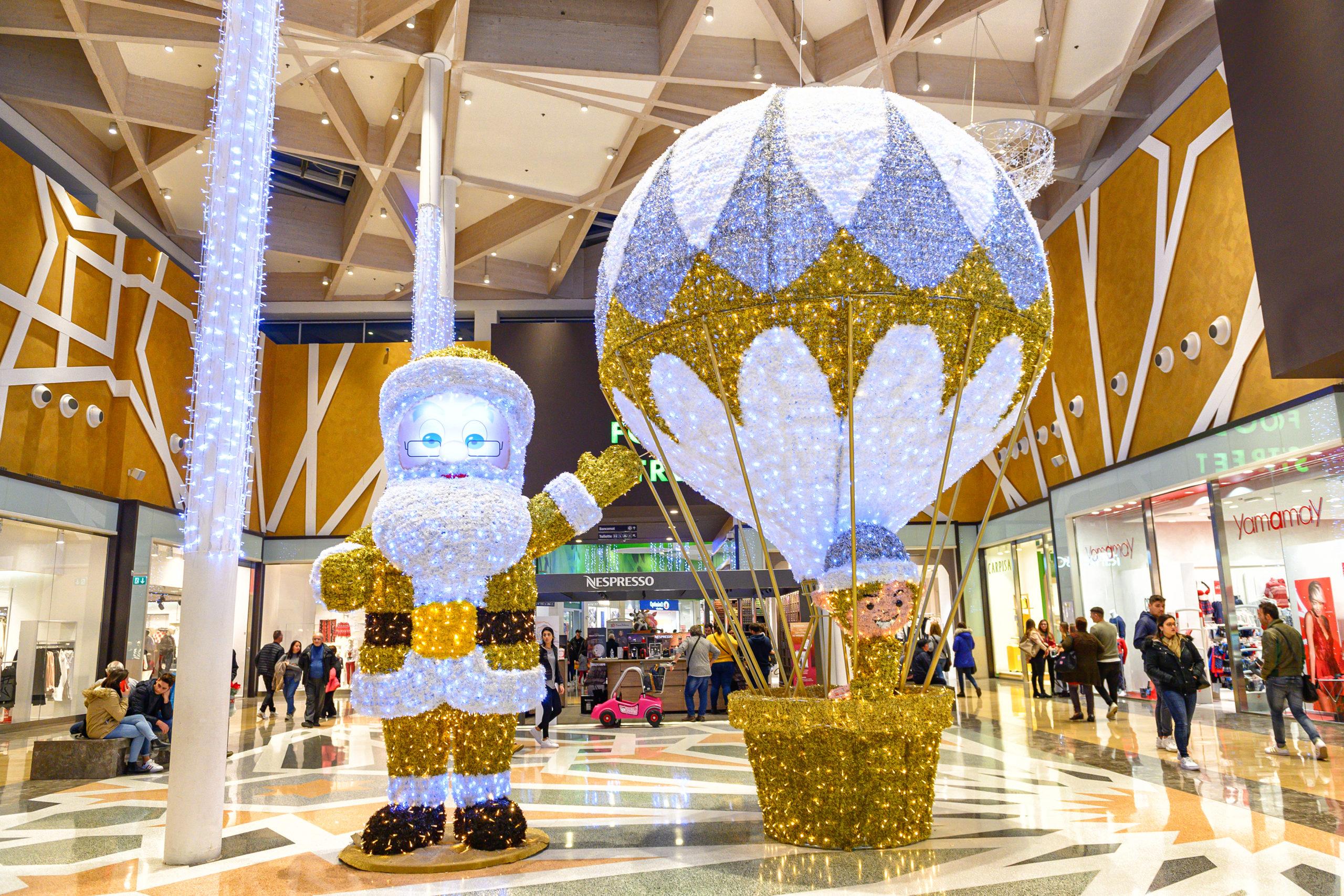 A Palermo shopping natalizio tra spettacoli itineranti e luminarie suggestive