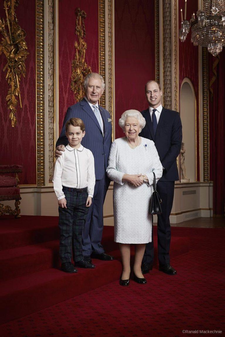 The Royal Family: la regina Elisabetta e i tre eredi al trono accolgono il nuovo decennio con un ritratto fotografico