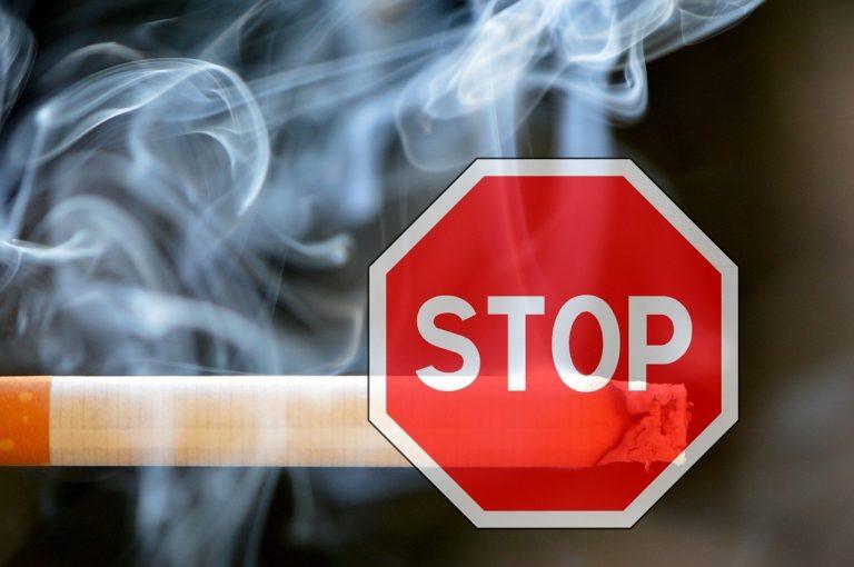 """""""Vietato fumare"""": 15 anni fa entrava in vigore la legge che vieta il fumo nei luoghi pubblici chiusi. Il bilancio del Ministero della Salute"""