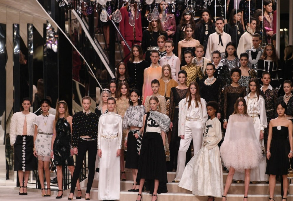 Chanel porta la sfilata Metiers d'art in Francia