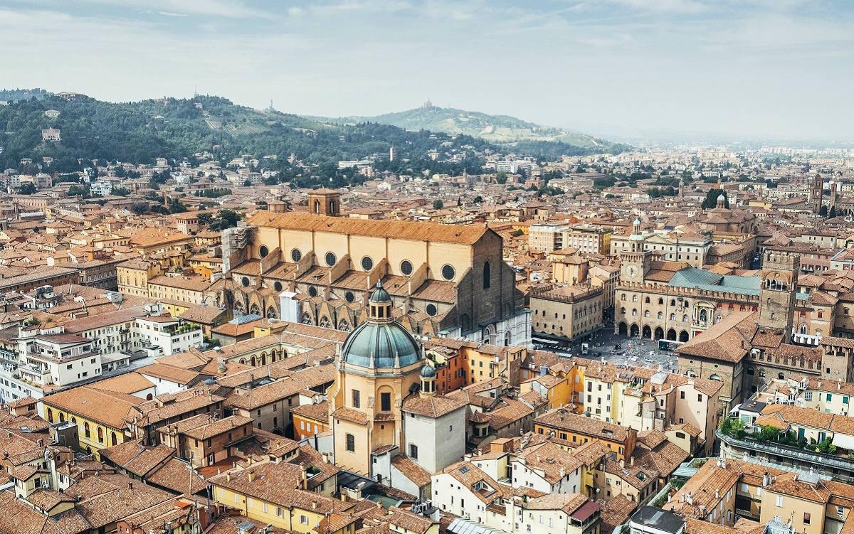 La Dotta, la Rossa, la Grassa: benvenuti a Bologna coi suoi portici patrimonio Unesco